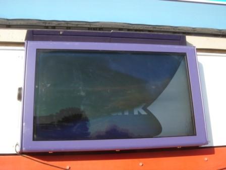 Un écran en surchauffe noircira s'il n'y a pas de système de refroidissement fourni par l'armoire