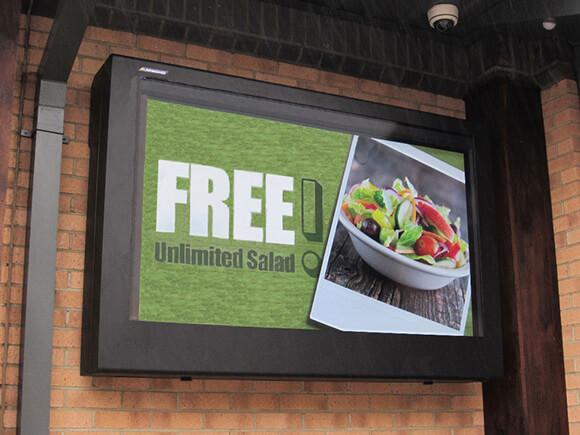 Panneau d'affichage extérieur déployé comme tableau d'affichage pour les menus