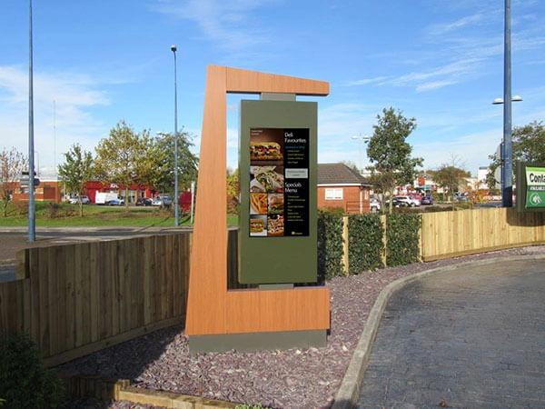 armoire de signalisation numérique LCD suspendue sur un cadre personnalisé par un restaurant