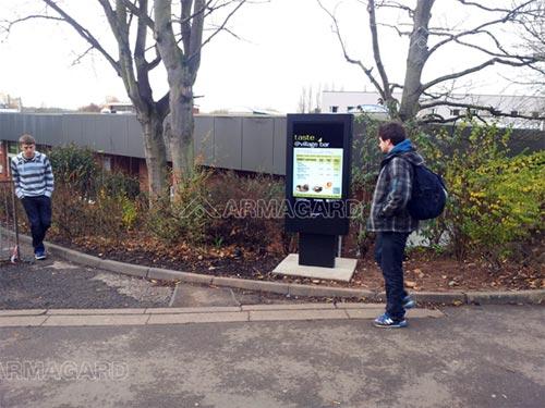 Panneaux d'affichage outdoor en marches ur un campus universitaire.