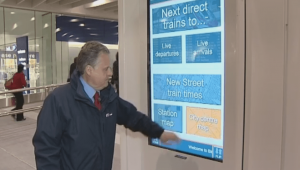 "Panneau d'affichageg digital 55"" en cours d'utilisatin, gare de New Street à Birmingham."