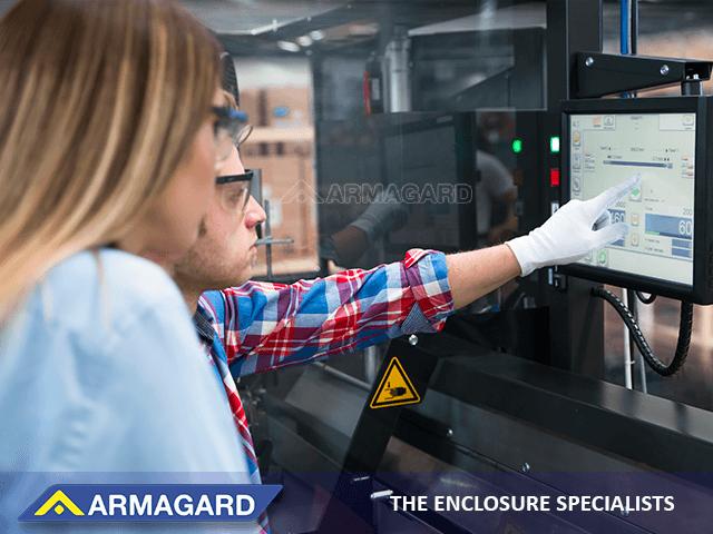 Les boîtiers en acier peint protègent les écrans tactiles sur les chaînes de fabrication