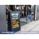 Visualisez le double stop trottoir digital extérieuri en situation à l'extérieur d'un restaurant