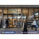 Visualisez le stop trottoir digital sur roulettes à l'extérieur d'un supermarché